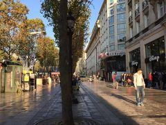 ☆シャンゼリゼ通り☆  コンコルド広場から凱旋門を結ぶ大通り  高級ブティックからお手頃価格のお店までショッピングには事欠かせない場所。  この日はお買い物に一日使うことにしました。