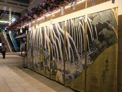 出発ロビーを通り過ぎてエスカレーターに乗ります。 江戸の夏を意識した飾りつけが素敵。