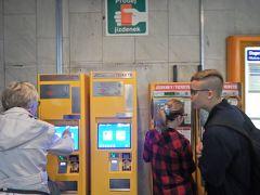 右はコイン、左はカード使用の券売機。  中心部の地下鉄駅はほぼカード使用可能でした。