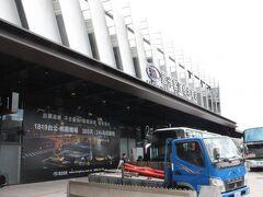 台北駅前のバスターミナルに到着。 電光掲示板の温度計は27℃、この時点ではまだそんなに暑くない感じ。