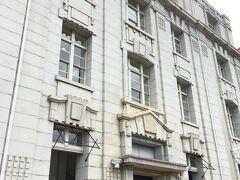 先ほどの海岸ビルヂングとは兄弟関係にあるという「NOF神戸海岸ビル」。  1918年(大正7年)築で、ここも今はレストランなどが入ってるそう。  あっさり系だけどよくよく見ると細かい装飾が多いのかな。 あ、あっさりして見えるのは、全体的にカクカクしたものが多いせいかな?  カクカクってw←自分でも語彙なさ過ぎて呆れる^^; 幾何学的って言えばいいのかしら。