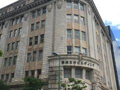 そのすぐ向かいにあったこちらは「商船三井ビル」  おお、なんかこれは台湾の迪化街ぽい(こっちが先か??)  玄関上の半円の破風というかペディメント? 飾りの部分が特徴的ですね。
