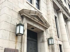 お次に見たのはこちら、チャータードビル。 元は銀行だったそう。1938年(昭和13年)築。  この三角屋根とか円柱形の柱見ると、ギリシャっぽいな・・と安直に思ってしまう。  建築物見るの好きなわりに疎くて、ワードも建築様式も分からないから、 「素敵~」 「かっこい~」 「かわい~」 「きれい~」 以外の言葉が出てこないw