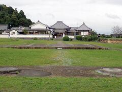 道路を挟んで反対側にあるのが川原寺跡。