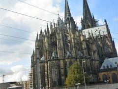 車窓からのケルン大聖堂。