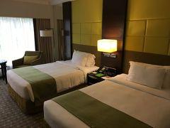 まずは、最初に到着したホテルの写真を何点か。  ホテルは「Holiday Inn Orchard City Center」です。 Orchardの街や、MRT Somerset駅から近く、とても便利でした。  泊まった部屋は、Two Double Bedの部屋。家族4人で十分過ごせました。