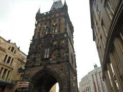 道を挟んである火薬塔。  プラハ城にも同じ名称の建物があります。  こっちのが格好イイ!