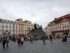 ヤン・フス像のある旧市街広場。  フスさんはキリスト教徒で宗教改革の先駆者なんだって。  チェコはキリスト教が多いのかしら?