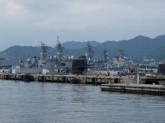 すぐそばの「アレイからすこじま」に並ぶ潜水艦や護衛艦。