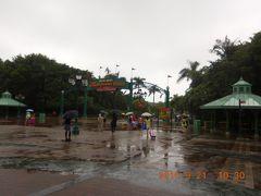 天気は生憎の雨・・・。オープン前に着きました。