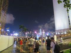 途中、信号の渡り方などに感心しながら向かいます。 ただでさえ人が多い街ですが、海の方へ流れる人の数がとても多いのでそれに着いていきます。  香港スペースミュージアムの横を通り過ぎたあたりで、ぱっと前が開けてきました。 おおっ、見えてきた見えてきた。 このあたりで思わず「おお~~」っと声がでました。