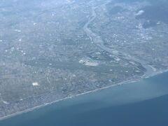 空いているので右に左に移動しながら撮影していると先日伺った高知空港(https://4travel.jp/travelogue/11350365)が見えました。