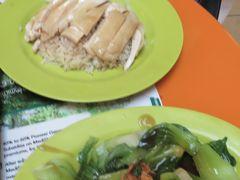 ・チキンライス(M)  SGD5 ・青菜炒め SGD4  安い! 旨い! ただ、周囲の衛生度は若干気になるかな、、、 娘は、初日に行った屋外の Makansutra Gluttons Bay のホーカーズの方が良いみたいです。
