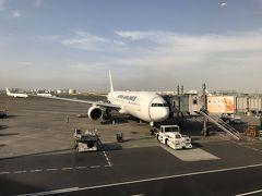 朝7:15の飛行機。 朝ごはん定食を食べながら搭乗時間を待ちます。 友人とはエアラインが違うので福岡空港集合で。