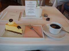 バスを待つ間、マイセン工場の中にあるカフェに入りました。 食器はマイセンですが、とーってもシンプルなタイプだった。 このケーキは、cake of the monthで、マンゴーのケーキでした。 バスが来るまであと30分も無いので急いで食べます。 ドイツのケーキは(パン屋さんで買ってばかりだったせいか)大味な印象でしたが(繊細さを感じない)、このケーキは日本のケーキみたいなお味で美味しかったです。ドイツで初めて美味しいケーキに出会いました。