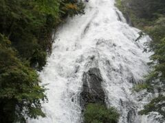 湯滝。雨の後だったので水量が多かったです。