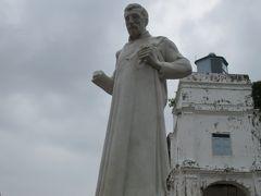 さらに丘を進むと、何故かフランシスコザビエルの像がござった。  1545年に日本に来て布教活動をしたザビエルは、一旦インドへ戻り、  1552年に中国に渡ってそこで亡くなると、その地に三か月土葬されたそうな。  そして翌1553年にこのマラッカに遺体が一旦運ばれるも、ここでも土葬。  天候などが悪く船を出せずに、 何と9か月経過してから再び掘り返してインドのゴアに移送。  その際、何と死後1年も経過しているのに、  遺体は腐敗していなかったという伝説があり、  さすがは聖人であるとして銅像が作られたそうな。