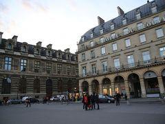 ホテル到着が15:30。 ここから旅が始まります。  今回の旅の宿泊はここです。 『HOTEL DU LOUVRE』  左に見える建物は「ルーブル美術館」という最高のロケーション! ちょっと贅沢なパリ滞在です。