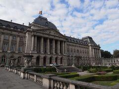 こちらが王宮。ベルギー国旗が掲揚されているので、どうやら王様は国内にいらっしゃるようです。  例年7月中旬から9月上旬まで一般公開されているのですが、今年の公開は私が訪れた直前の日曜日まで。私は事前に把握していたので別に構わなかったのですが、隣接する美術館で「王宮に入りたいんだけど」と尋ねていた外国人旅行者がめちゃくちゃ残念そうにしていました。
