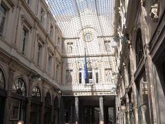 ギャルリ・サン・チュベール。  ガラス張りの天井が美しいアーケード。チョコレート屋さんもたくさん入っていて観光客がいっぱい。お土産用のチョコはここで買うのが一番簡単かな。