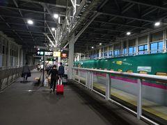 初めての北海道新幹線で新函館北斗駅に到着。商業施設の少ない簡素な駅でした。