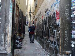 ガムラスタンで最も狭い通り。幅は90センチ位しかなく、両手を伸ばさなくても届く位です。  ここから、階段を上って行く坂になっています。