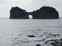 白浜に入り、、  「日本の夕陽100選」円月島 しかも、、この島中央の円月形の穴から見える夕日は最高なのだとか、、  まだまだ雲が残っているけれど、、 空も段々明るくなってきているので、 <もしかして… 待望の円月島越しの夕日が見られるかも?>