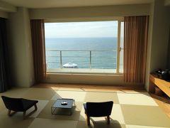 この旅の目的のひとつ、、 2018年春にリニューアルされた SHIRAHAMA KEY TERRACE HOTEL SEAMORE  予約したのはオーシャンビューのデラックスルーム (ツインルーム・50㎡) ツインベッドの他に白浜の海を眺められる和室付き、、 これでも十分素敵なお部屋だったのですが、、 チェックインしてみると、、スイートルームにランクアップ♪ スタッフ曰く 「こんばんは満室でして、、ご迷惑をおかけする事になると思いスイートルームをご用意させていただきました」     < ご配慮、、感謝♪です(^^  >  用意していただいてSUITE(スイートルーム)も もちろん、オーシャンビューのデラックスルームと同じく 白浜の海を眺められる和室があり、、 SUITE(スイートルーム)ならではのポイントとして 正面の大きな窓の他に、横にも大きな窓、、 そして、和室の手前に和室とほぼ同じ広さの 椅子2脚が置かれたリビングがありました、、 (そのリビングの写真を撮ったつもりが撮り忘れ、、)