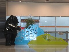 松山空港到着。切り絵のようなオブジェ。思わずパチリ。