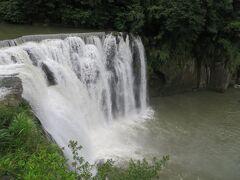 こちらが滝です。雨の後なので、水流も多かったのでは?とガイドさん。いつもの様子を知らないので、普通がわかりません。