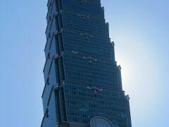 朝日を受けて聳え立つ台北101。