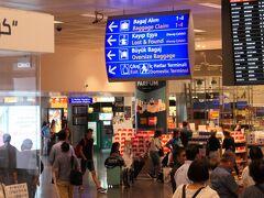 イスタンブール国際空港に到着しました。午前3時過ぎですが、空港内のショップは開いており、結構な数の乗客がいました。この空港は24時間制で運営されているようです。