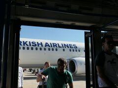 ナポリ国際空港に到着しました。沖止めだったので、降機してバスに移乗します。