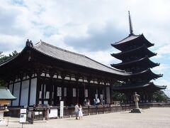 てくてく歩いて興福寺へ。 修学旅行生がたくさんいました。  今年の1月から国宝館がリニューアルということで見てきました。 千手観音、いつみてもすばらしいです。大きい。 阿修羅像は興福寺の国宝館よりも トーハク(東京国立博物館)で見たときの方が感動が大きい。 と、いうのも、トーハクに来ていたときは展示が、 360度全てから見られるような展示だったのです。 興福寺だと壁を背にしているので後ろ側が見えないんですよね。 でも、何回もお会いできてうれしい。
