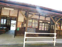 2018.09.16 赤湯ゆき普通列車車内 渋い駅舎!と思っていたら見覚えのある女性が乗ってきた。そして長井あたりで降りた。