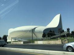 車窓4  あれに見えるは Heydar Aliyev Center あのZaha Hadiさんの建築です 後日また来ます
