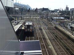 糸魚川駅で下車 止まってる電車撮ろうとして、通路手前にあった翡翠の勾玉に気がつかんかった… 不覚…