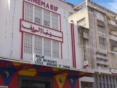街中に着きました。 けっこう発展しています。CINEMAとあるが、映画館でしょうか。