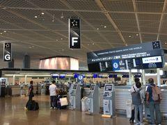 というわけで成田空港第一ターミナルです。  今回のトラブル3件は全て出発時に発生しました。 ひとつめは、大きな被害をもたらすことになる台風21号。上陸が1日遅れの翌日になったので間一髪で出国できそうです。