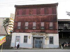 通りには映画「おくりびと」のロケ地となった「旧割烹小幡」があったりします。(ここは映画ではNKエージェント事務所になっている)