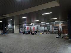 金曜日の終電で0時近くに甲府駅に到着。 駅構内では登山者たちが野宿していましたが、今回は野宿は回避。