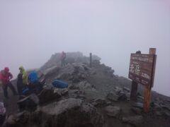 稜線に出ると風雨が強く、視界も悪い状態でしたが、北岳肩の小屋での小休止も経て、10:20頃に何とか北岳に登頂。2年ぶり2回目。