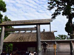 皆さんと別れて再び一人旅の始まりです。 素敵な出会いに感謝して。あの時の皆さん、本当にありがとう。出会えてよかった! 早朝から動いたのでまだまだたっぷり時間があります。 猿田彦神社まで車で連れていっていただけたのでそこからスタート! 猿田彦神社を参拝した後にバスに乗って伊勢神宮外宮へ。  本来の参拝順序は外宮→内宮です。まあ、違っても大丈夫です、、たぶん。 内宮ばかり注目されてますが、伊勢神宮参拝の際は必ず両方参拝するようにしましょう!  外宮に行ったときはもう人がたくさん!どこをお参りするにも並ばなくては行けない状態…やっぱり人がいない時に行く方が心静かにお参りできます。