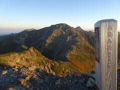 西農鳥岳(標高3051m)に登頂。これで日本の3000m峰21座を完登♪ バックには北岳と間ノ岳。