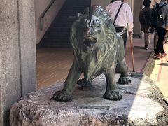 なんだかんだで宇奈月温泉駅に到着。駅を降りて、トロッコ列車の駅まで3分ほど歩きます。駅前にあった銅像。この階段を上がったところにある、コインロッカーに荷物はお預け。