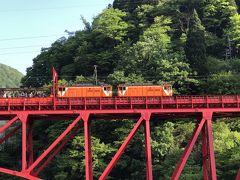 宇奈月渓谷を走るトロッコ列車。お互いに手を振りあってます。観光あるある景色ですね。