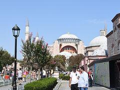 正面はアヤソフィアが見えてきました。キリスト教の聖堂からイスラム教のモスクに改装された歴史を持つ貴重な文化遺産。 見学するつもりだったのですが、なんとここまできてツアーでは入場するスケジュールになっていないことを聞いてガックリ。 ブルーモスクとは目と鼻の先なのに・・・。