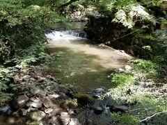 続いて3湯目は七滝温泉「お宿 華坊」さんへ向かいます こちらは七滝と言うだけありお宿までの道沿いに すでに小さな滝を見ることが出来ます(*^_^*)