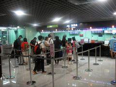 """その前にチケットを購入。  オヤジは、事前にネット(kkdoy)を通じて""""外国人限定20%引きチケット""""を予約してたので、実質はeチケットと""""希望の列車(座席指定)""""のチケットを交換してもらうだけです。"""