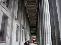 で、ホテルに向かってトコトコ歩いて行きますが……雨が増々激しくなるので、できるだけ天井のある通路を歩きます。  で……上を見上げるとス、ゴ~く立派な建物です。なので建物をよく見ると「台湾土地銀行台南分行」と書いてありました。  それにしても立派なので、オヤジ ネットと調べると、この建物は日本統治時代の昭和12年に「日本勧業銀行台南支店」として建てられたそうです。